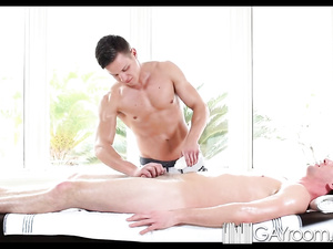 Yummy assed twink came to massage and got pleasantly fucked